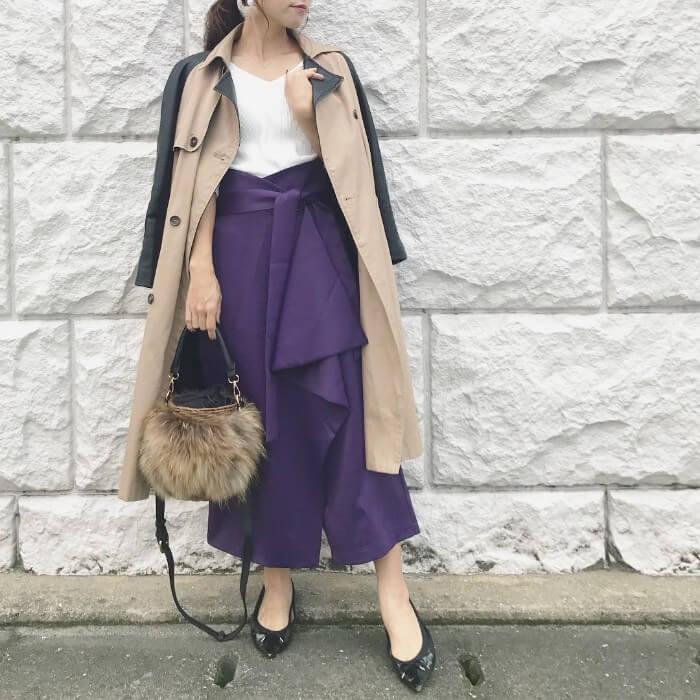 トレンチコート×濃い紫のワイドパンツのコーデ画像