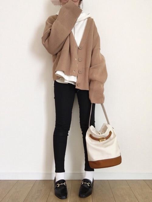 黒ビットローファー×白靴下×スキニーパンツの靴下コーデ画像