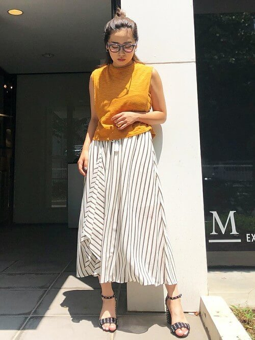 カラートップス×ホワイトストライプスカートのコーデ画像