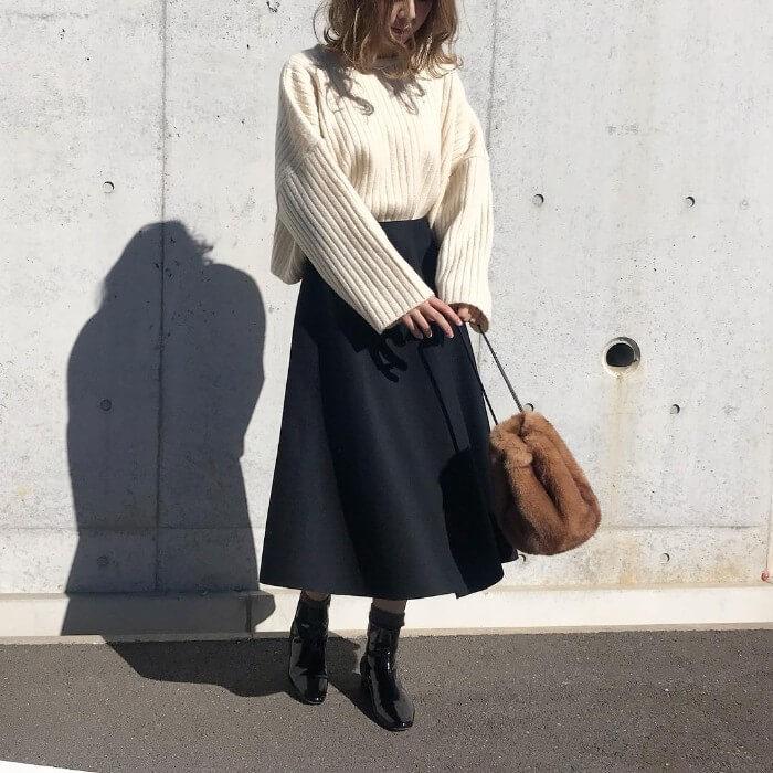 リブニット×ロング丈黒フレアスカートのコーデ画像