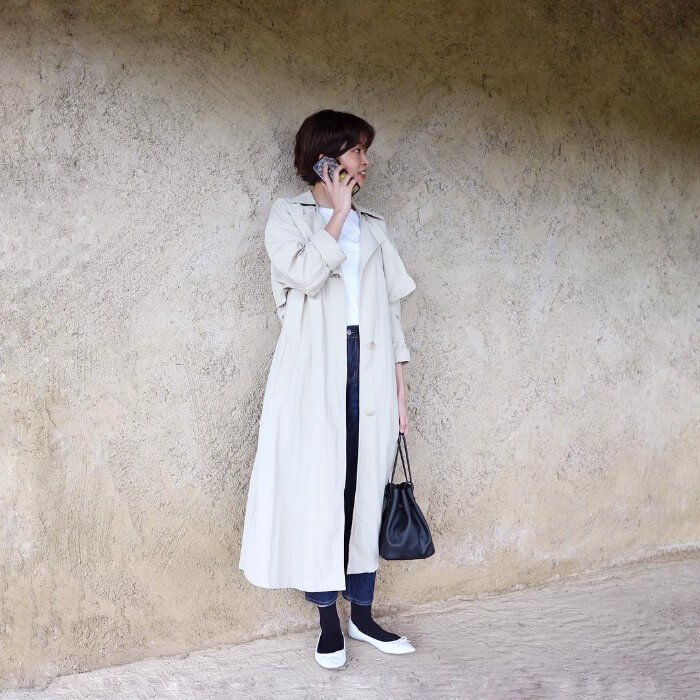 デニムアンクルパンツ×黒靴下×白フラットパンプスのコーデ画像