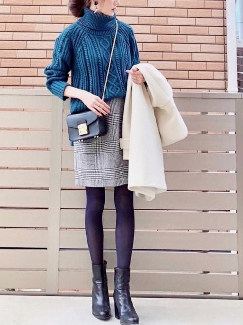 ブルーニット×チェックコクーンスカートのコーデ画像