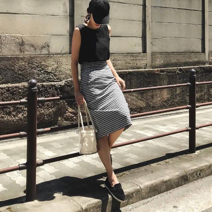 黒キャップ×黒タンクトップ×ギンガムチェックタイトスカートのコーデ画像