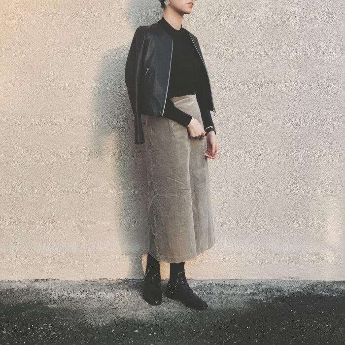 グレーコーデュロイスカートと黒トップスのコーデ画像