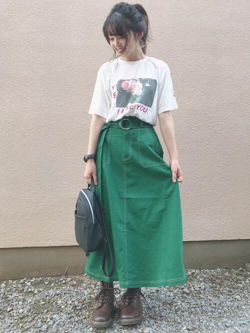 ロゴTシャツ×グリーンスカート×茶色レースアップブーツのコーデ画像