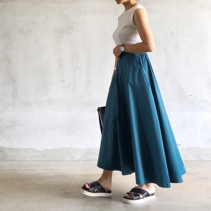 白トップス×ブルーのタフタスカートのコーデ画像