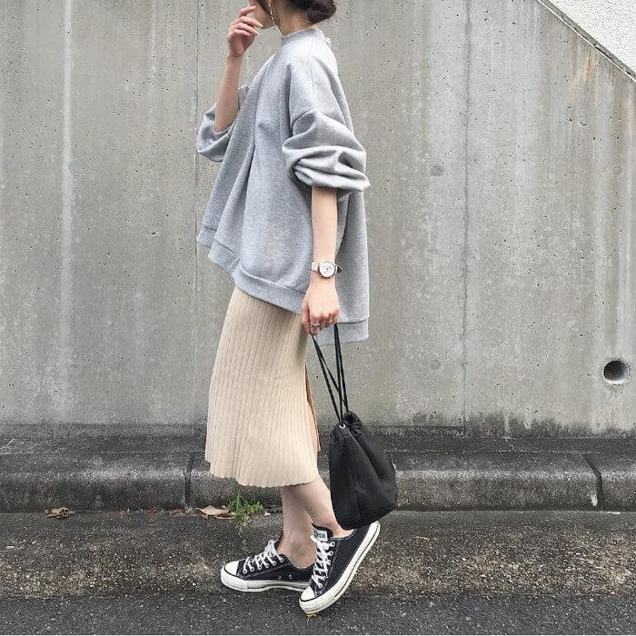 グレースウェット×ベージュリブニットスカートのコーデ画像