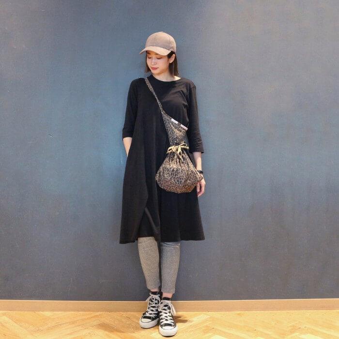 黒のTシャツワンピース×グレーレギンスのコーデ 画像