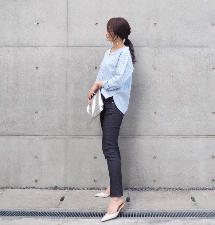 インディゴブルーデニム×ライトブルーシャツのコーデ画像