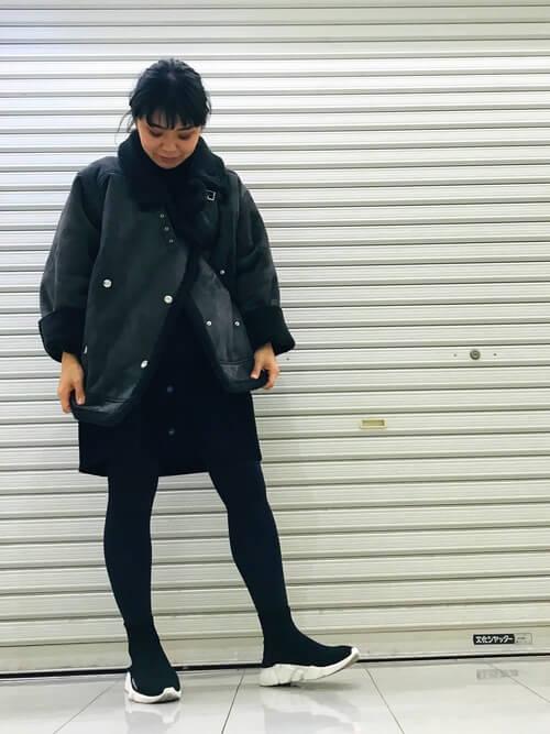 ショート丈ムートンコート×黒ミニスカートのコーデ画像