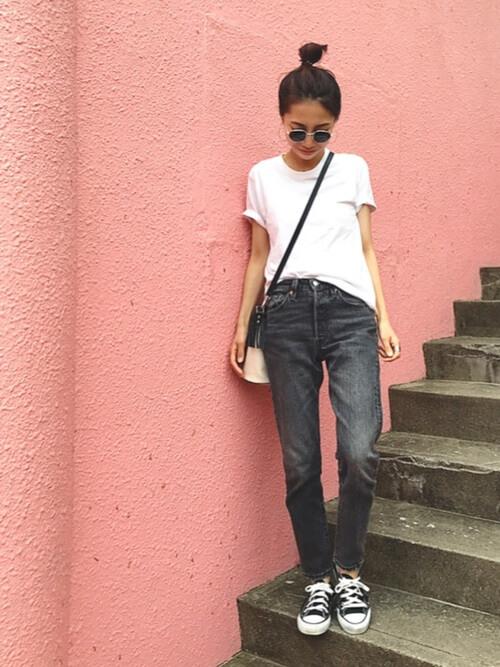 白の無地Tシャツと黒ジーンズのコーデ画像