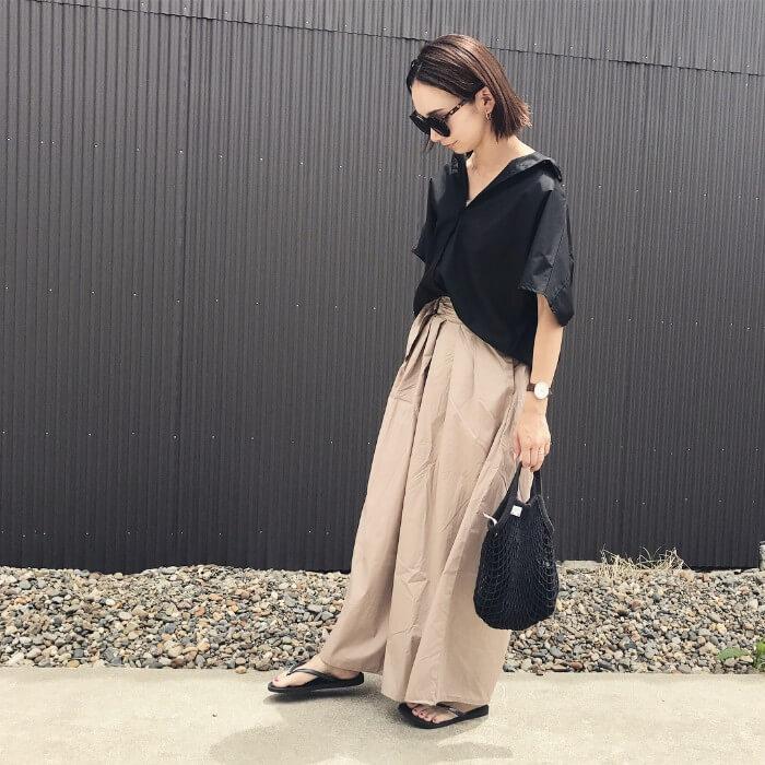 黒Yシャツ×ベージュワイドパンツのコーデ画像