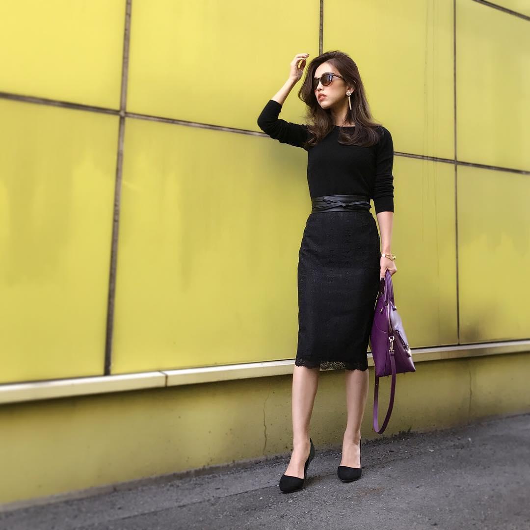 黒ニット×黒レースタイトスカートのコーデ画像