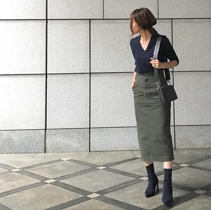 カーキタイトスカート×黒Vネックカットソーのコーデ画像
