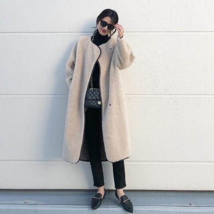 白ロング丈ボアブルゾン×黒パンツのコーデ画像