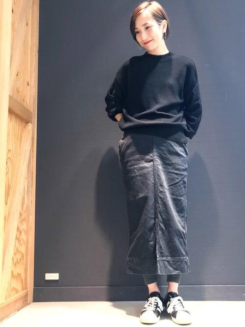 ロングデニムスカート×グレー色レギンスのコーデ画像