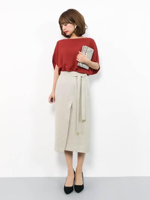レッドハイゲージニット×ベージュタイトスカートのコーデ画像