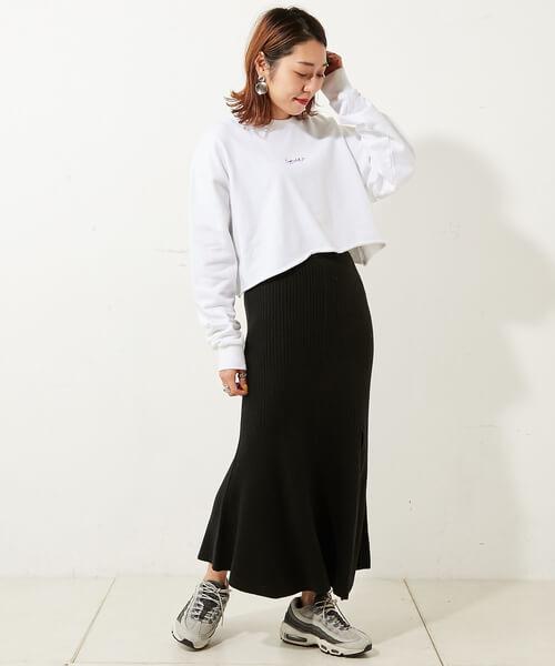 スウェット×ブラックマーメイドスカートのコーデ画像