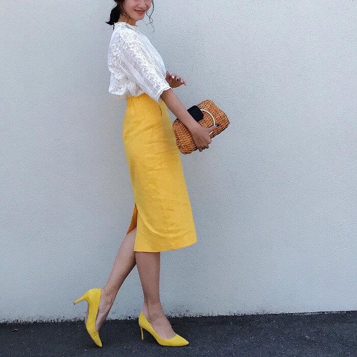 白レースブラウス×イエロータイトスカートのコーデ画像