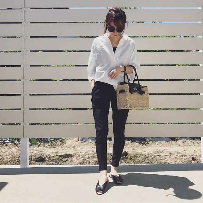 白スキッパーシャツ×スキニーパンツのフレンチカジュアルコーデ画像