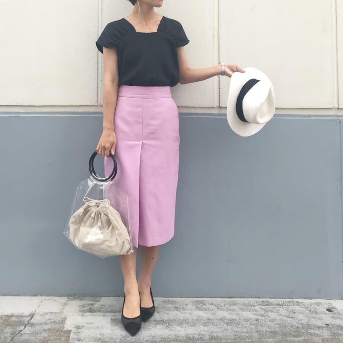 黒ブラウスとピンクタイトスカートのコーデ画像