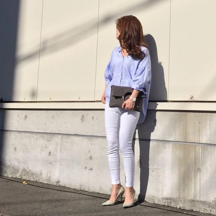 パステルブルーシャツ×白スキニーのコーデ画像
