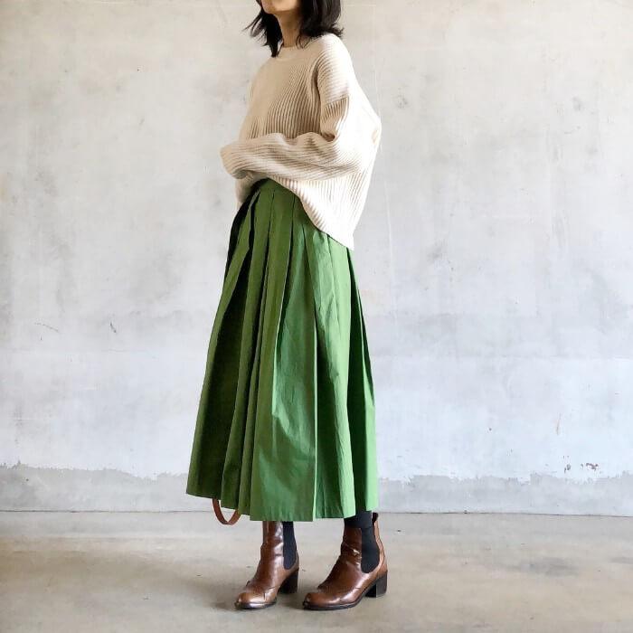 グリーンのロングスカート×ナチュラルカラーのゆるニット×サイドゴアブーツ