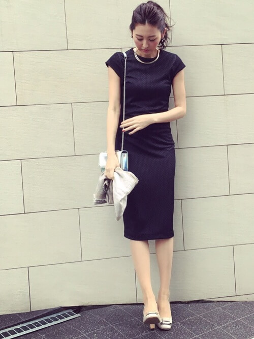 黒ドレス×チェーンショルダーバッグのコーデ画像
