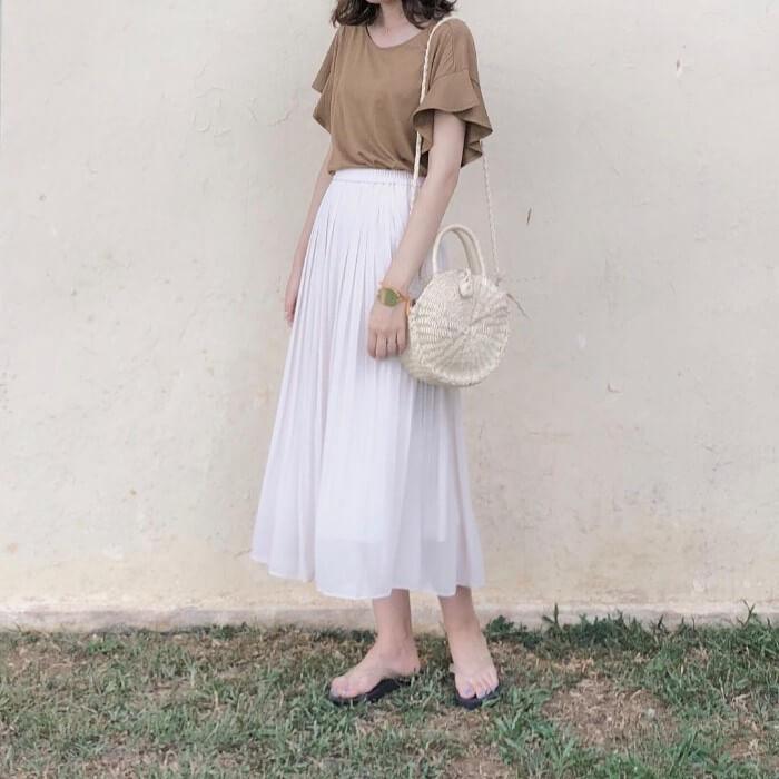 白ロングプリーツスカート×ビーサンのコーデ画像