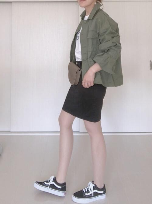 黒ミニタイトスカート×ローテクスニーカーのコーデ画像