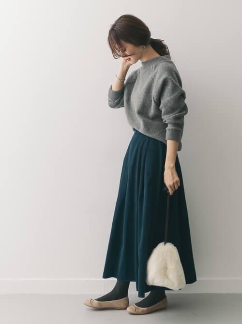 グレープルオーバー×グリーンロングフレアスカートのコーデ画像