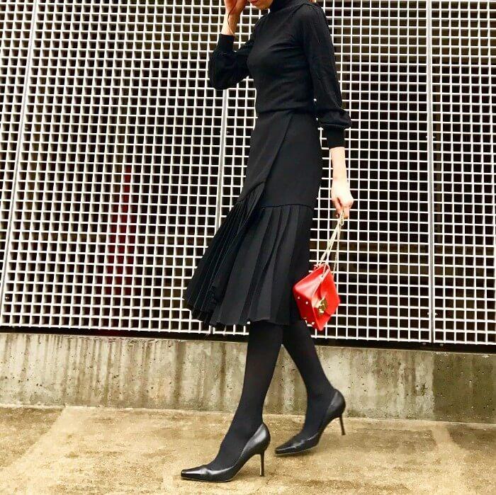 黒ひざ丈スカート×黒タイツのオールブラックコーデのコーデ画像