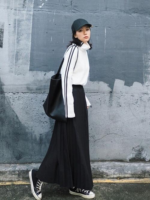 白ジャージ×黒スカートのコーデ画像