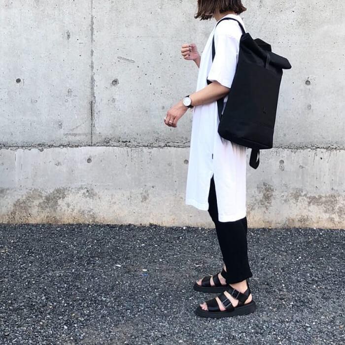 ビッグシルエットTシャツ×黒パンツ×黒リュックのコーデ画像