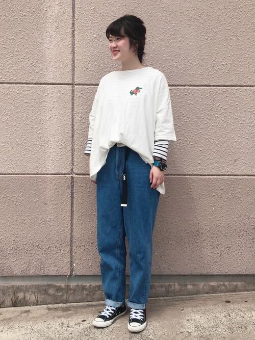 白Tシャツ×ボーダー長袖インナーを重ね着したレイヤードコーデ画像