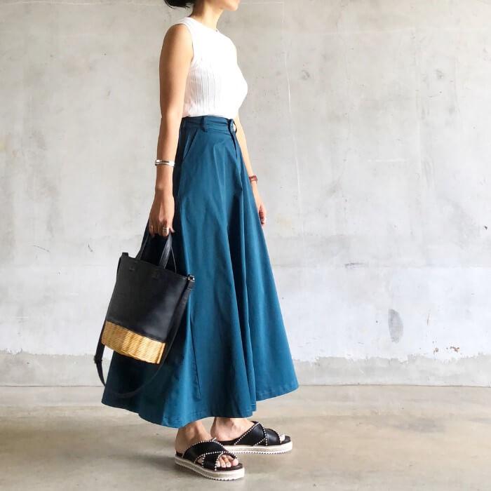 ブルーのロングスカートのコーデ画像
