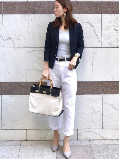 ネイビージャケット×ホワイトパンツ×ピンクベージュパンプスのコーデ画像