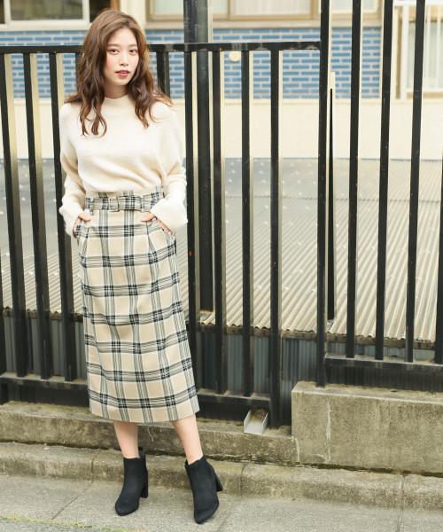 白ニット×ベージュチェックタイトスカートのコーデ画像