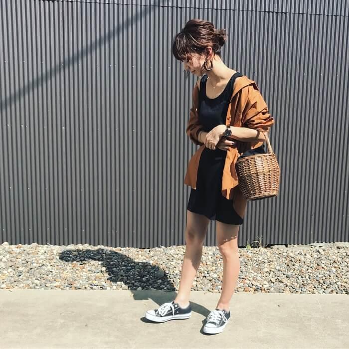 ブラウンシャツ×黒ミニスカートのコーデ画像