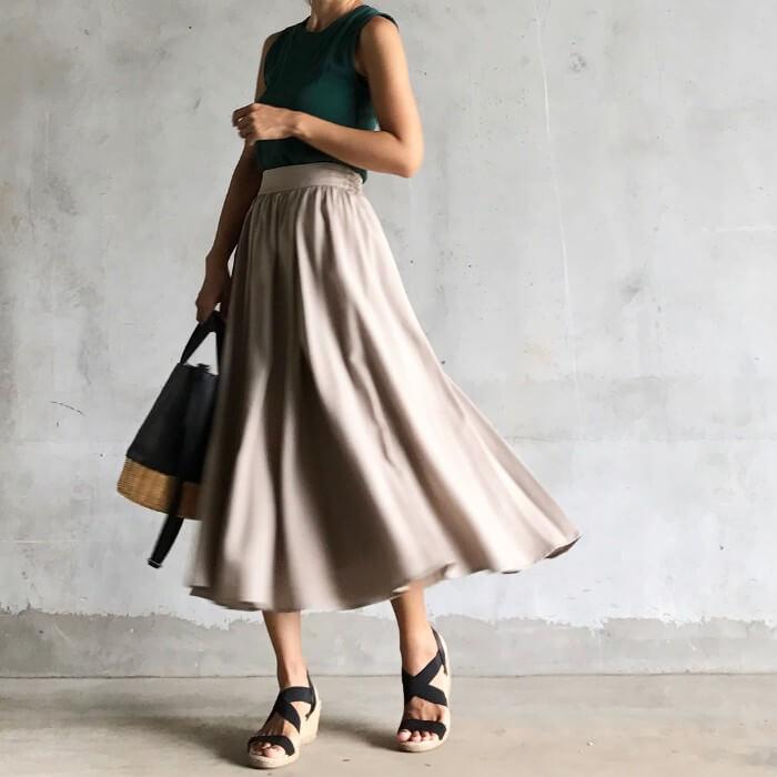 ベージュロングフレアスカート×黒サンダルのコーデ画像
