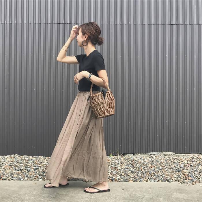ワッシャー加工ベージュフレアスカート×黒Tシャツのコーデ画像