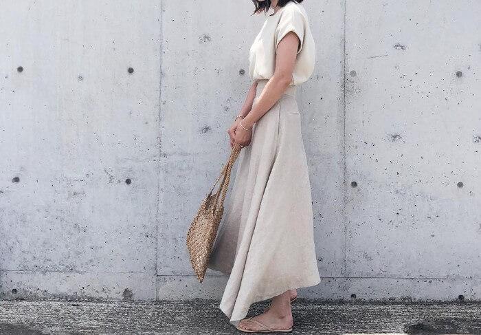 白カットソー×白リネンスカートのコーデ画像