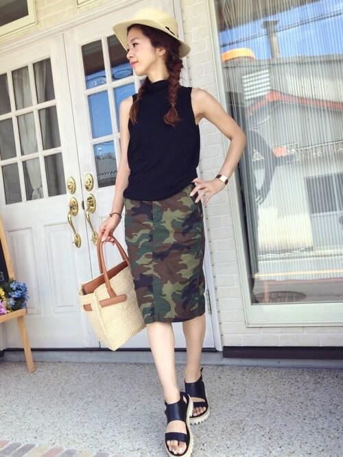 黒ノースリーブトップス×カモフラタイトスカートの大人コーデ画像