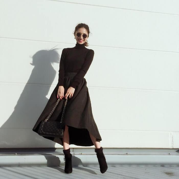 黒フレアスカート×黒タートルネックニットのコーデ画像