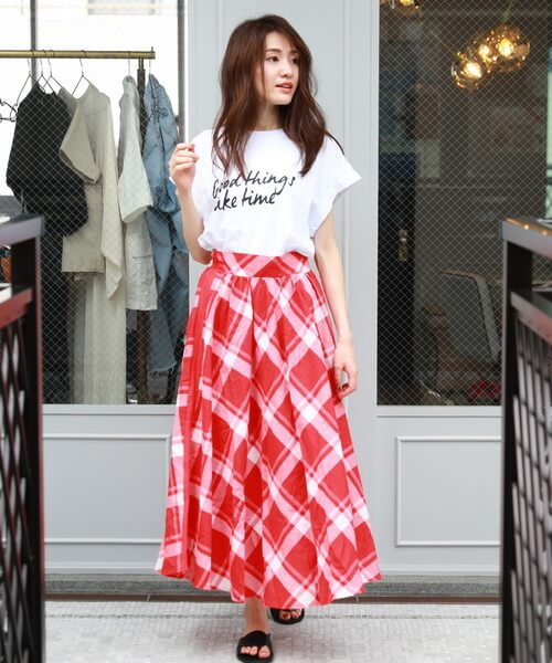 白ロゴTシャツ×赤チェックロングスカートのコーデ画像