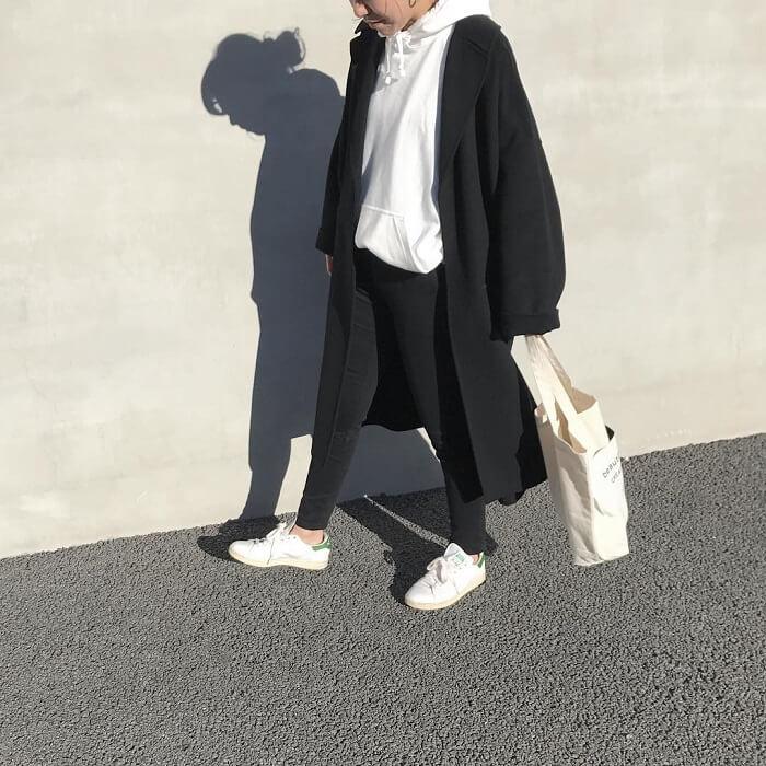白スウェットパーカー×黒スキニー×黒チェスターコートのコーデ画像