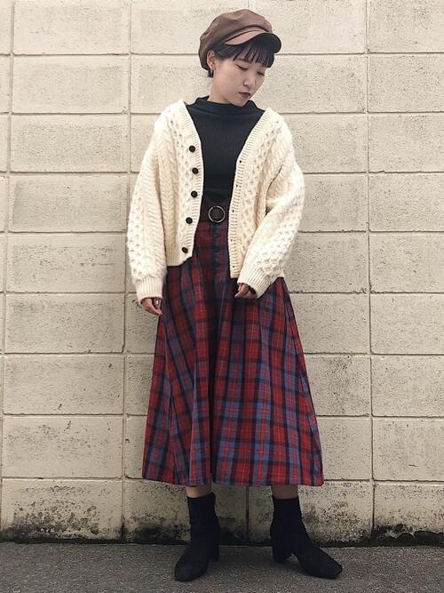 白のケーブル編みカーディガン×チェック柄フレアスカートのコーデ画像