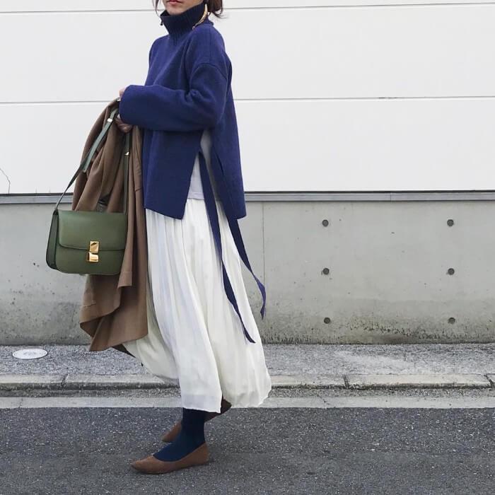 ブルーニット×白プリーツスカートのコーデ画像
