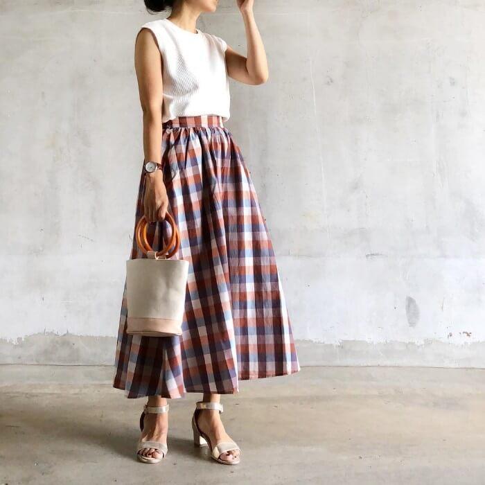 チェック柄ロングスカートとベージュ小物のコーデ画像