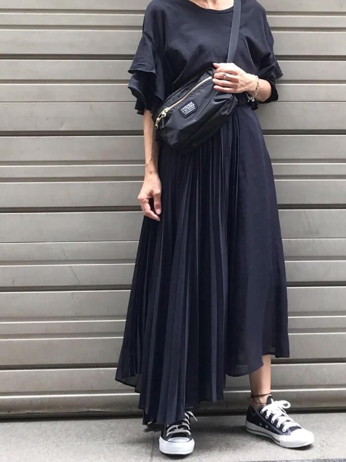 黒プリーツロングスカート×ティアードスリーブトップスのコーデ画像